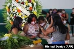 Похороны вождя одного из индейских племен Амазонии, умершего от COVID-19. 14 мая 2020 года