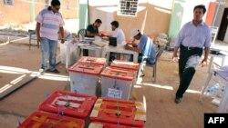 کارکنان کمیسیون انتخابات لیبی در حال جابه جایی صندوق های رای در شهر بنغازی
