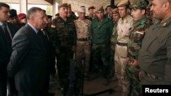 وزير الدفاع خالد العبيدي (يسار) يتحدث الى قوات البيشمركة في معسكر تدريبي بأربيل