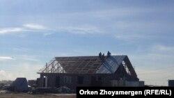 На участках, которые власти считают незаконно проданными, продолжают строить дома. Село Коянды Акмолинской области, 20 сентября 2013 года.