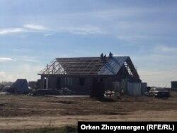 Люди строят дом в селе Коянды Акмолинской области. 20 сентября 2013 года.