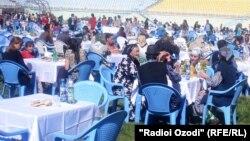 Ошхӯрии сокинон дар варзишгоҳи марказии Хоруғ. 22-юми сентябри соли 2012