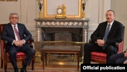 Встреча президентов Армении и Азербайджана - Сержа Саргсяна (слева) и Ильхама Алиева, Берн, 19 декабря 2015 г.