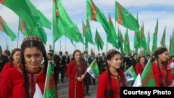 Türkmənistan qızları ölkə bayrağıyla