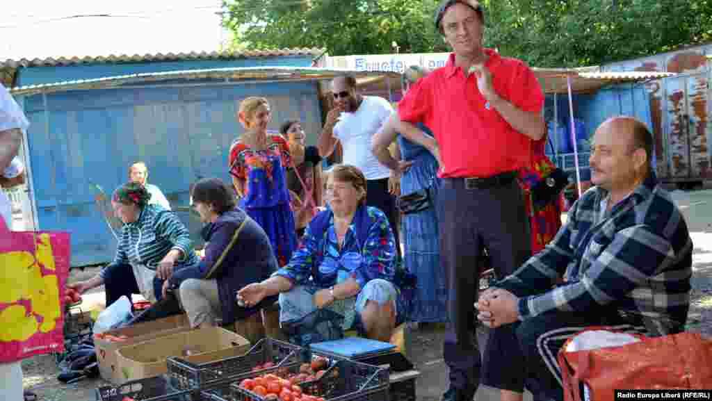 Ţărani la piaţă. În picioare medicul veterinar Iurie Ciomschi din satul Gherman, comuna Sculeni
