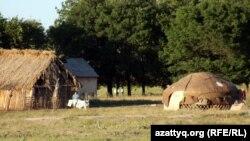 Малшы ауылындағы киіз үй мен қамыс қора.Мерке ауданы, Жамбыл облысы 27 Мамыр 2011 жыл (Көрнекі сурет).