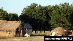Юрта и соломенный сарай в животноводческом селе. Меркенский район, Жамбылская область.