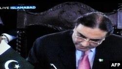 Президент Зардари өз укугун чектеген мыйзамга кол койду, 19-апрел, 2010-жыл.