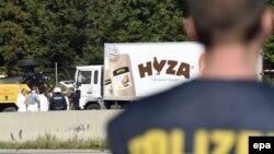 Pamje gjatë hetimeve të kamionit ku janë gjetur 71 imigrantë të vdekur