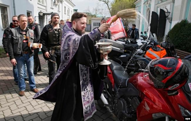 Александр Залдостанов смотрит на освящение мотоциклов 2016 год