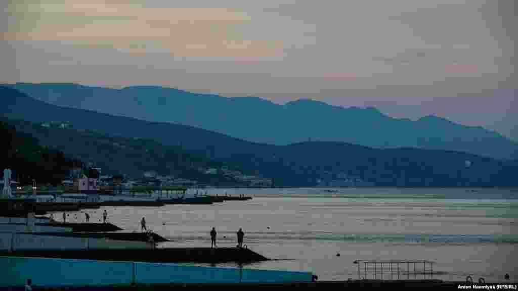 Закатные краски над Черным морем в Алуште