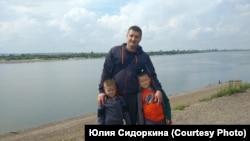 Szergej Petrocsenko a gyerekeivel.
