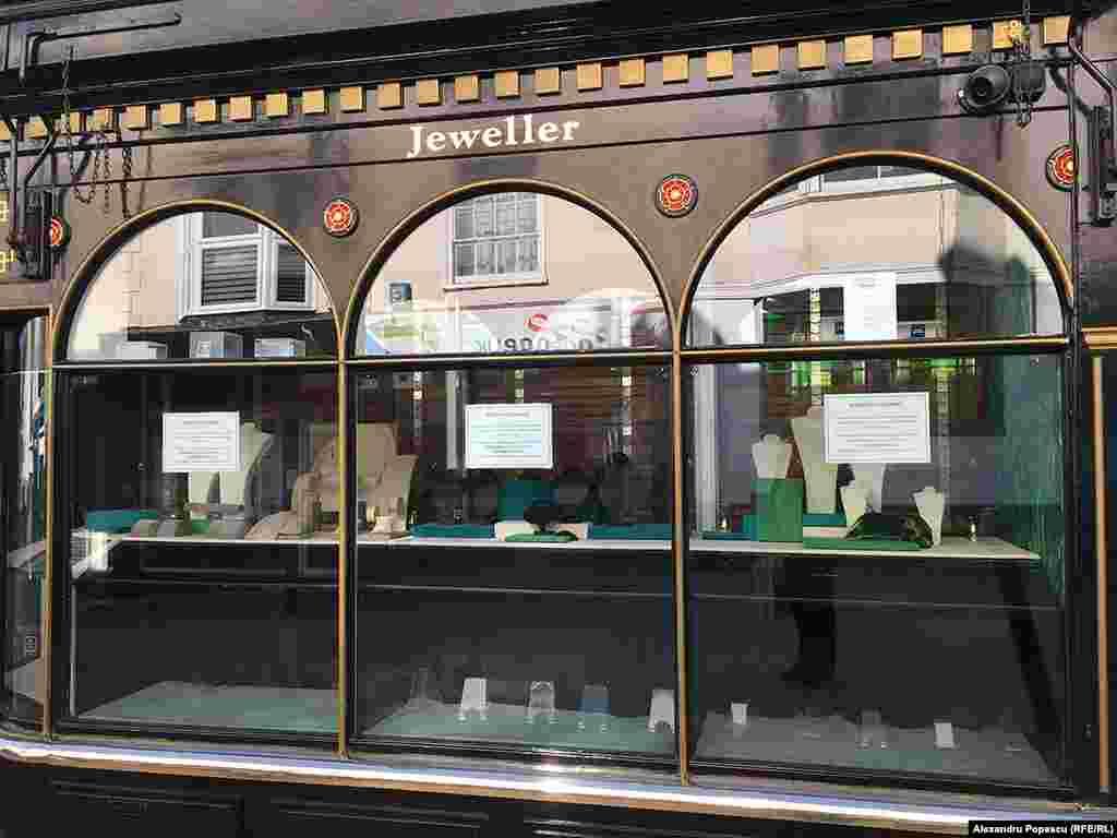 Vitrină goală a unui magazin popular de bijuterii.
