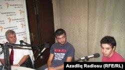 (Soldan sağa) Sabir Rüstəmxanlı, Elmin Həsənli, Aqşin Yenisey Azadlıq Radiosunun Bakı bürosunda.