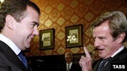 برنار کوشنر (راست) در دیدار با دیمیتری مدودف، رئیس جمهور روسیه، در مسکو