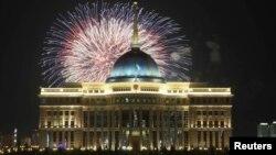 Мемлекеттік мерекелердің бірі кезінде Астанада атылып жатқан отшашулар.