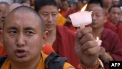 Непалдагы тибеттик бозгун кечилдер Бээжиндин саясатына каршы нааразылык жыйын өткөрүүдө. Катманду ш. 2008-жылдын 14-апрели.