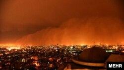 تصویری از هوای آلوده و طوفانی تهران در شامگاه دوشنبه