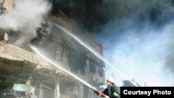 رجال إطفاء يخمدون نيران الإنفجار في مقر الأسايش