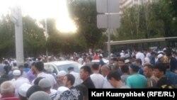 """Прихожане мечети """"Аксай"""" после праздничного намаза. Алматы, 17 июля 2015 года."""