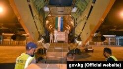 Разгрузка гуманитарной помощи от Узбекистана в аэропорту в Бишкеке.