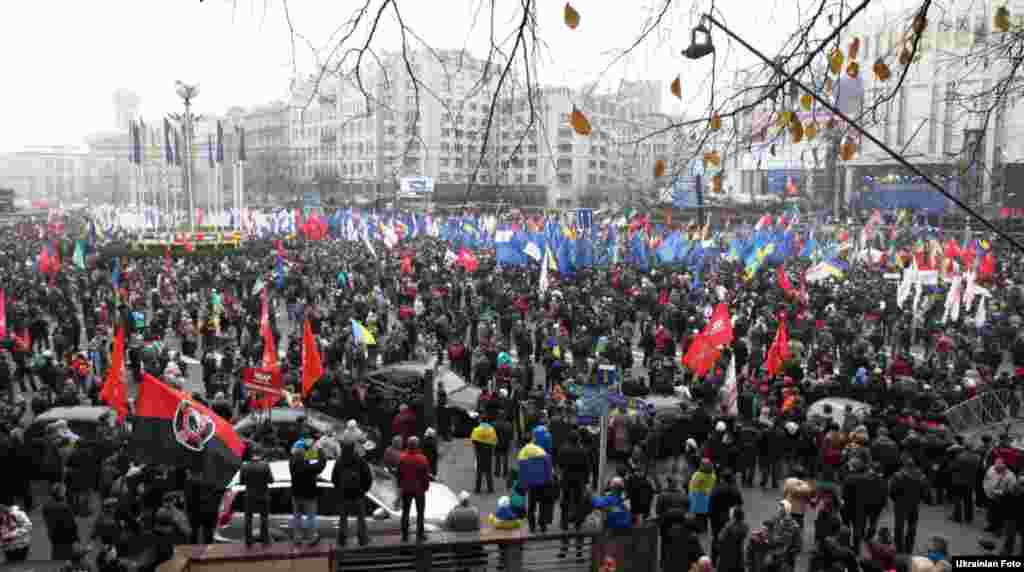 100 тисяч осіб взяли участь у ході проти призупинення підготовки до підписання угоди про асоціацію з ЄС у Києві, 24 листопада 2013 року