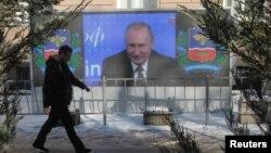 На билборде — президент России Владимир Путин. Симферополь, 23 декабря 2016 года.