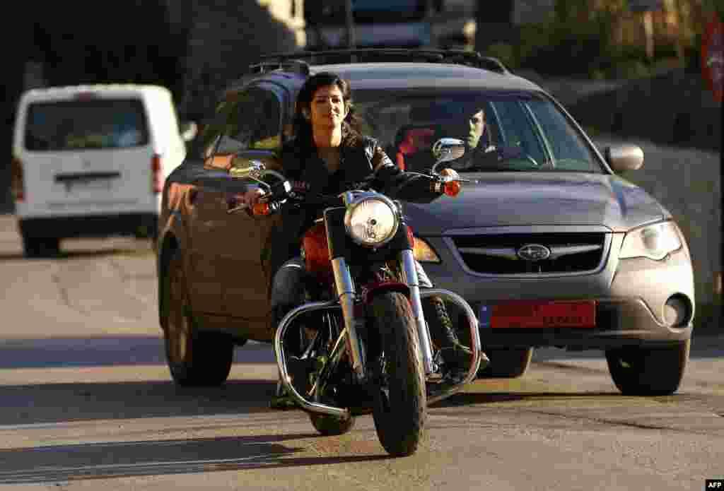 Несмотря на то, что ливанское общество постепенно привыкает к женщинам на мотоциклах, Генриетта Ибрагим удивляет прохожих одной из самых мощных моделей – она управляет мотоциклом Harley Davidson.