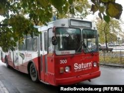 У «платному» тролейбусі платять навіть пільговики