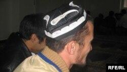 Мужчина сидит в узбекской тюбетейке. Иллюстративное фото.