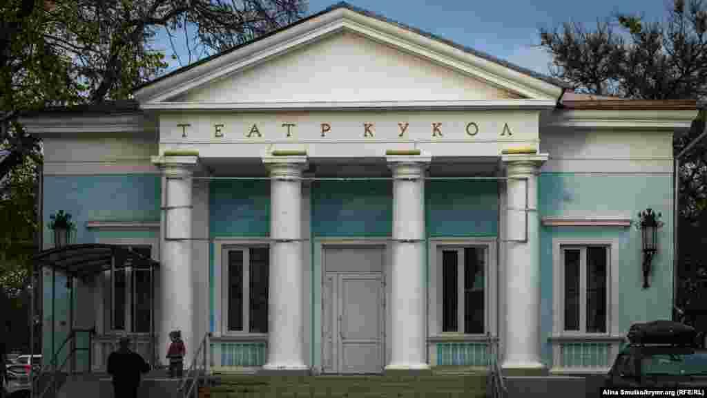 Кукольный театр все еще стоит. Летом Главгосэкспертиза России одобрила проект строительства детского театрального центра в Симферополе на месте нынешнего Крымского академического театра кукол
