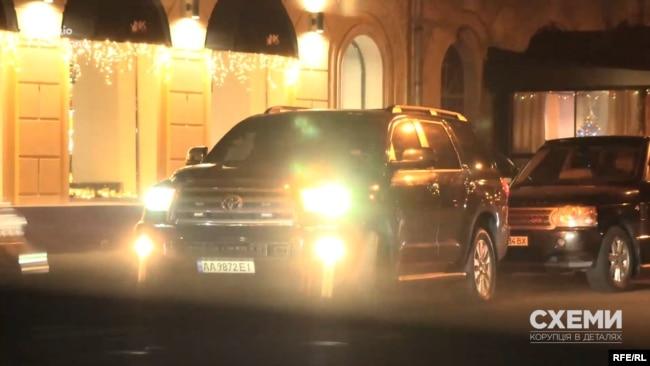 Арсеній Яценюк уже чотири роки як залишив посаду прем'єр-міністра, а ще й досі використовує автівки, обладнані спецзасобами