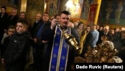 Боснийский православный священник проводит Рождественское богослужение в городе Зеница, Босния и Герцеговина, 6 января 2017