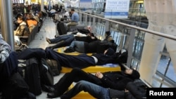 На головному британському міжнародному летовищі Гітроу тисячі пасажирів вже не перший день чекають на свій літак і можливість вилетіти додому, Лондон, 21 грудня 2010 року