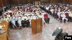 تلويزيون دولتى جمهورى اسلامى ايران در هفته هاى اخير كه دادگاه انقلاب اسلامى، چندين جلسه براى رسيدگى به اتهام هاى افرادى كه «اغتشاشگر» خوانده شده اند برگزار كرده، اقدام به پخش مشروح اظهارات آنها كرده است.
