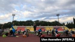 Бишкек шаары. Дөлөн Өмүрзаков атындагы стадиондогу спортчулардын машыгуусу. Архивдик сүрөт.