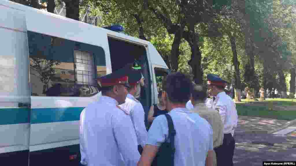 Полицейские в свой профессиональный праздник, 23 июня, находились на работе в парадной форме.