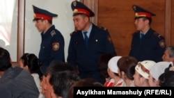 Полицейские в здании суда, где рассматривается дело о событиях в Шетпе. Актау, 17 апреля 2012 года.