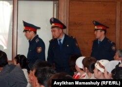 Полицейские в зале суда по делу «о массовых беспорядках в Шетпе». Актау, 17 апреля 2012 года.
