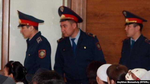 """""""Шетпе ісі"""" бойынша сот залындағы полиция қызметкерлері. Ақтау, 17 сәуір 2012 жыл. (Көрнекі сурет)"""