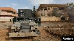 Pamje e pajisjeve ushtarake të forcave irakiane afër kompleksit universitar në Mosul