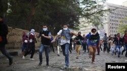 Demonstranti bježe zbog sukoba sa policijom, 27. studeni 2012.