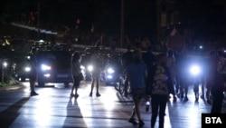 Десетки коли се оказа блокирани пред румънското посолство в София, след като протестиращи за трети път блокираха движението там в понеделник вечерта