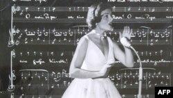 Lys Assia gjatë performancës së saj më 1956 në Eurovision