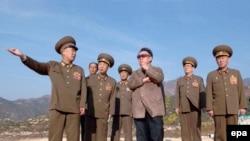 Ким Чен Ир (в центре) отработал технологию создания ядерной бомбы, и теперь может поиграть в разоружение