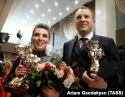 Ведучі програми «60 хвилин» Ольга Скабєєва і Євген Попов