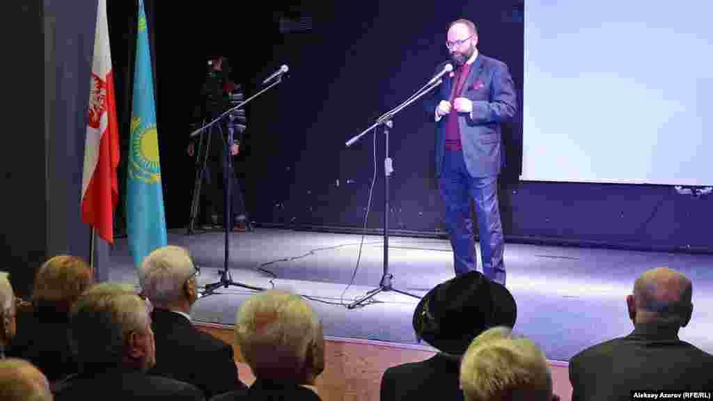 Генеральный консул в Алматы, титулярный посол Анджей Папеж выступает на открытии мероприятий, посвященных 80-летию депортации поляков. Алматы, 4 ноября 2016 года.