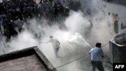 Pamje nga përleshja mes policisë greke me migrantët në ishullin Kos