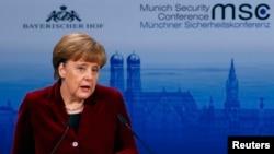 Kancelarja gjermane Angela Merkel gjatë fjalës së saj në konferencën e 51-të për Sigurinë mbajtur në Mynih, 7 shkurt , 2015.