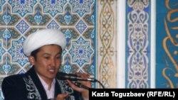 «Орбита» мешіті имамы жұма намазының уағызын айтып тұр. Алматы, 21 қаңтар 2011 жыл.